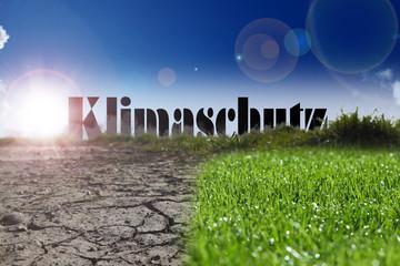 Schriftzug Klimaschutz vor Dürre und fruchtbarem Boden