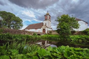 Bauwerk - Kirche liegt an einen kleinen See