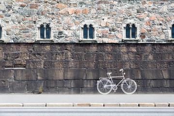 Fahrrad an einer Mauerwand