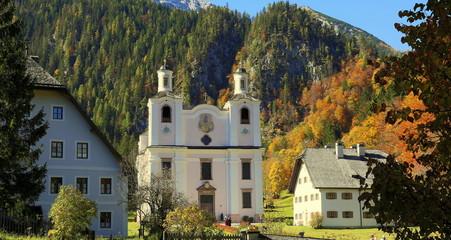 Wahlfahrtskirche Maria Kirchental im Herbst.
