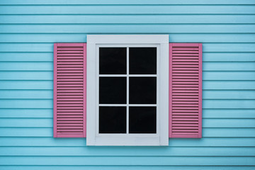 Blue wooden walls and pink windows, rough surfaces and colorful color, the outside of the house is a modern style