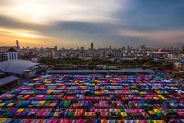 Fototapete - Train night market in Bangkok
