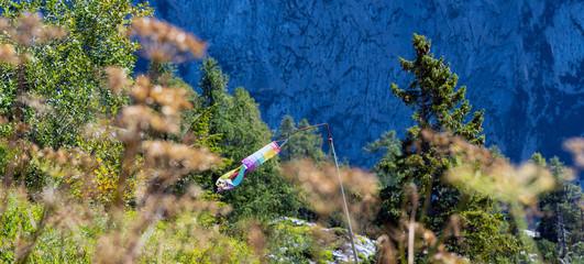 Bunter Windsack in den Bergen