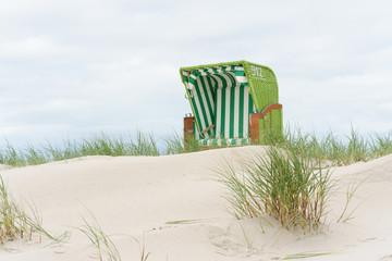 Fototapete - Strandkorb in der Düne