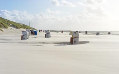 Fototapete - Leere Strandkörbe im Herbst