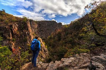 Wanderer mit Blick auf das tief eingeschnittene Bodetal nahe Thale / Hiker in Harz mountains looking down into Bode valley near Thal