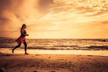 Fotoväggar - Strandlauf am strand bei Sonnenuntergang