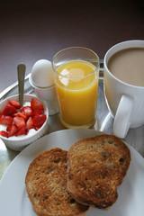 Gesundes Frühstück mit frischen Erdbeeren und Joghurt