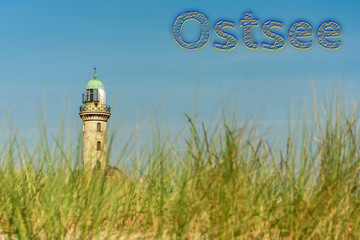 Leuchtturm von Warnemünde mit dem Wort Ostsee in deutscher Sprache
