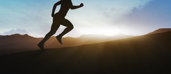 Türaufkleber Rosa dunkel girl running on top of the mountain