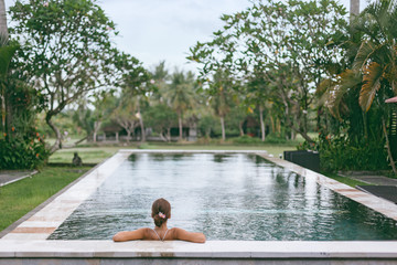 Keuken foto achterwand Khaki Infinity pool with a view on palm trees, Ubud, Bali