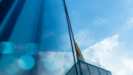 Fotomurales - View of the clouds reflected in the curve glass office abstract building background.