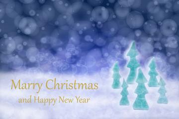 Karte mit Text Marry Christmas and Happy New Year mit rechts ausgerichtete Tannenbäume bei Schneefall im winterlichem Nachthimmel