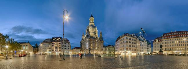 Neumarktplatz mit Frauenkirche Dresden beleuchtet Panorama
