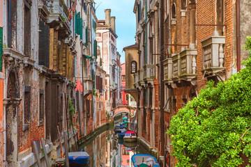 Obraz Kanał z łodziami i kolorowymi budynkami w Wenecji, Włochy - fototapety do salonu