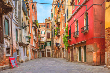 Photo sur Aluminium Venise Colorful houses in the old medieval street in Venice, Italy