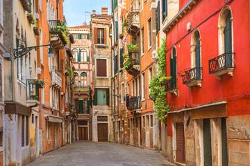 Obraz Ulica w Wenecji z kolorowymi domami, Włochy - fototapety do salonu