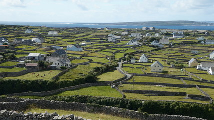 Irland mit grüner Landschaft und einer kleinen Siedlung