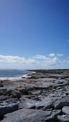 Meer auf Irland mit felsiger Küste