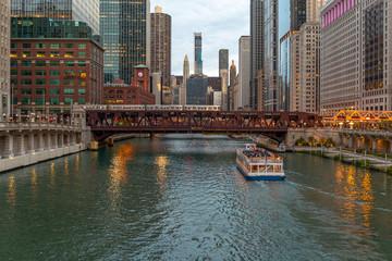 Fototapete - Chicago downtown evening skyline river bridge buildings