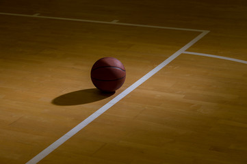 Obraz Basketball On Hardwood Court Floor With Spot Lighting - fototapety do salonu