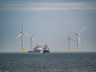 Aberdeen / Szkocja - 6 października 2019: Statki i farma wiatrowa przy brzegu Aberdeen