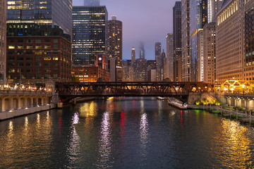 Fototapete - Chicago downtown evening skyline river buildings bridge