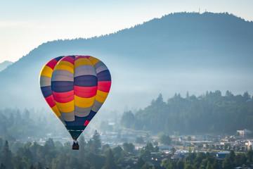 Poster Ballon Colorful hot air balloon over Grants Pass Oregon on a beautiful summer morning
