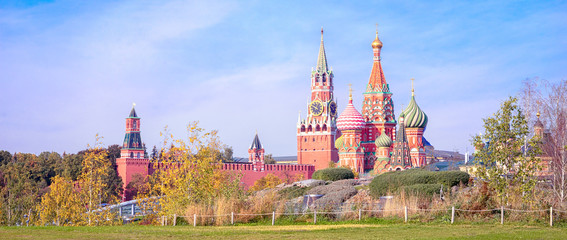 Fototapete - View of the Spasskaya Tower, the Moscow Kremlin and St. Basil's Cathedral from autumnal Zaryadie park. Architecture and sights of Moscow.