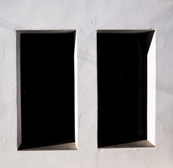 Ventana vertical en pared blanca
