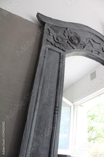 Mur en béton ciré gris dans salle de bain avec miroir\