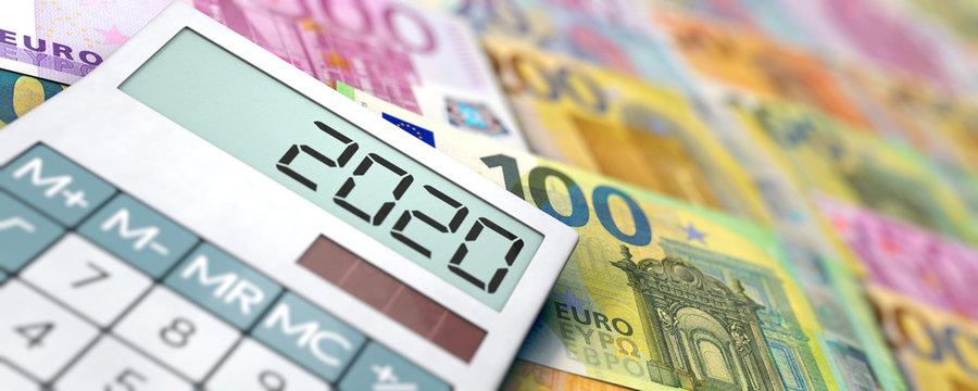 Viele Euroscheine und Taschenrechner mit Jahreszahl 2020