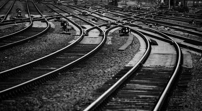 Schienen Gleise Eisenbahn Bahnstrecke Nahaufnahme Kurve Weichen schwarz weiß Deutschland Schwellen Signale Railway Tracks Curve Switch Germany Bogen parallel Zukunft Perspektive Infrastruktur