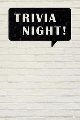 白い煉瓦の壁に TRIVIA NIGHT!  の文字