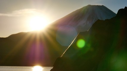富士山から輝く眩しい太陽