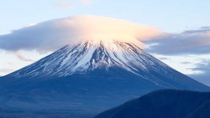 富士山の山頂にかかるもっさりとした雲