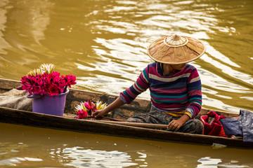 Blumenverkäuferin auf dem Inle See in Myanmar