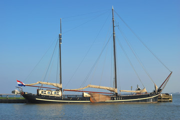 traditionelles Plattbodenschiff in Volendam am Ijsselmeer,Noordholland,Niederlande
