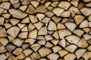 Photo sur Aluminium Texture de bois de chauffage Wall of stacked wood logs as background. Pile of wood logs ready for winter