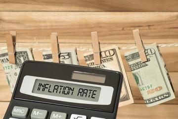 Dollar Geldscheine, Taschenrechner und die Inflation in Amerika