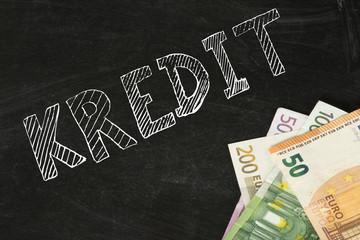 Euro Geldscheine, Kreidetafel und ein Kredit