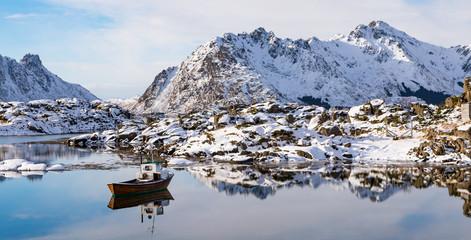 Winter in der Nähe von Steinen auf den Lofoten