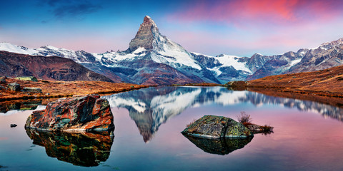 Fotobehang Alpen Panoramic morning view of Stellisee lake with Matterhorn / Cervino peak on background. Impressive autumn scene of Swiss Alps, Zermatt resort location, Switzerland, Europe.