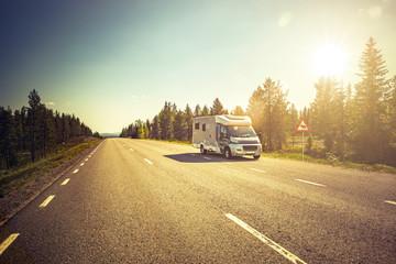 Reisemobil auf einer Strasse in Lappland, Schweden