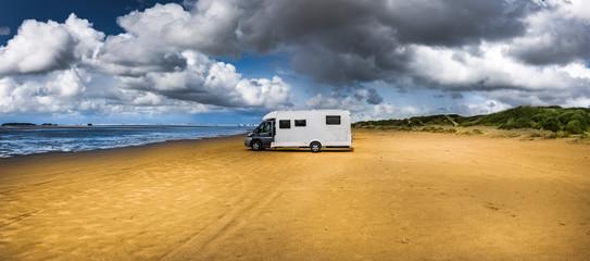 Foto auf Leinwand Nordsee Wohnmobil parkt am Strand