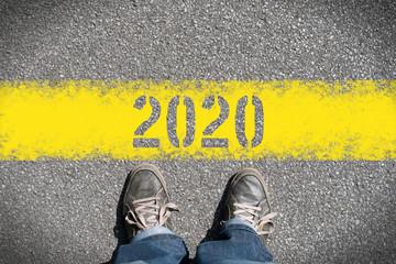 Ein Mann steht vor dem Jahr 2020