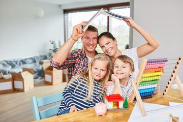 Eltern und Kinder sind glücklich über Traumhaus