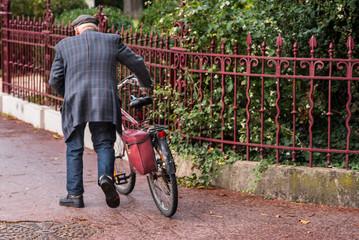 Fotorollo Fahrrad un vieillard vieux homme pousse son vélo dans la rue