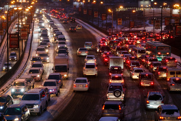 Photo sur Plexiglas Autoroute nuit Car traffic jams due to snowfall in the evening.