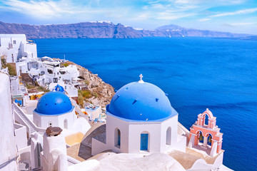 Photo sur Plexiglas Santorini Beautiful Oia town on Santorini island, Greece. Traditional white architecture and greek orthodox churches with blue domes over the Caldera, Aegean sea. Scenic travel background.